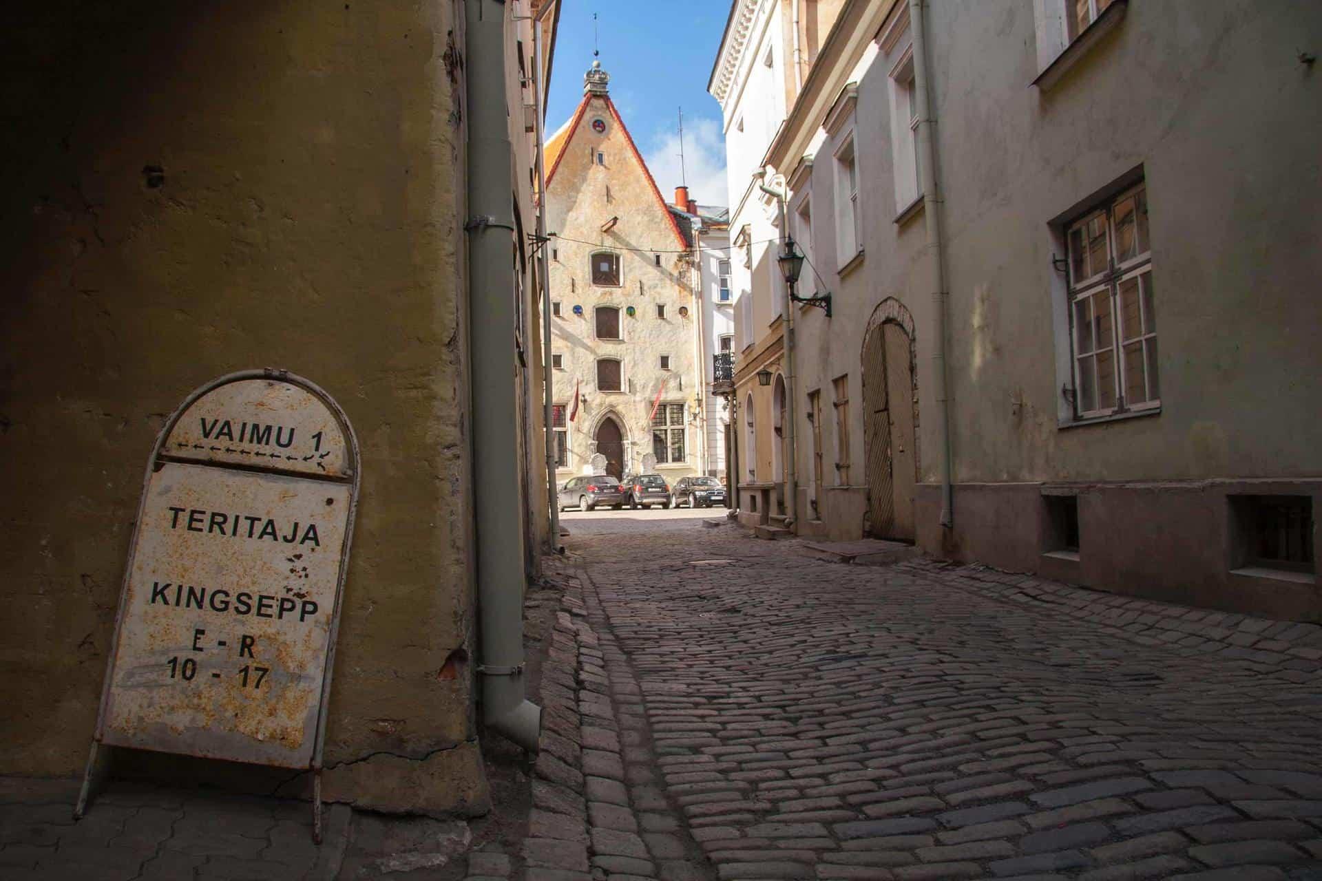A small cobblestoned street